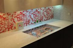 Vitrodesign Брецо в нестандартном исполнении. Столешница Vitrodesign в однотонном декоре, с непрокрашенной прямоугольной зоной под декоративную вставку посуды под столешницей.