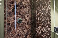 Стенка в душевой кабине Маррон Имперадор, колонна выложена стеклянной плиткой (стекло нарезано под плику), новый узор для каменных декоров, накладывается на любой каменный декор