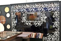 Настенное панно из стекла в новом декоре под мрамор Неро Маркино, с использованием нового декора Снэйкс, который имитирует сложную инкрустацию на натуральном камне
