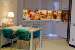 Стеновая панель Vitrodesign, декор Аллегриа, стол из стекла Kentario, декор стекла Бианко